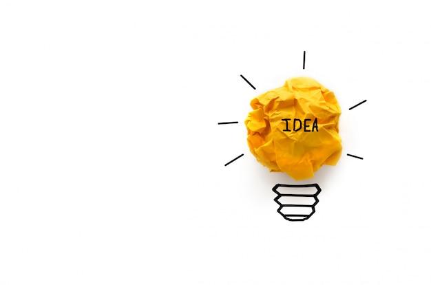 Concepto de idea con innovación y bombilla de papel