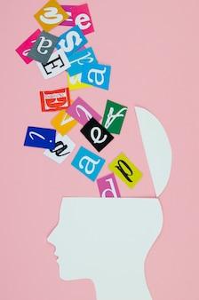 Concepto de idea metafórica con cabeza y letras