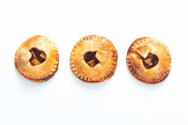Concepto de idea de san valentín de alimentos recién horneado pastel de mano de manzana canela casera en blanco