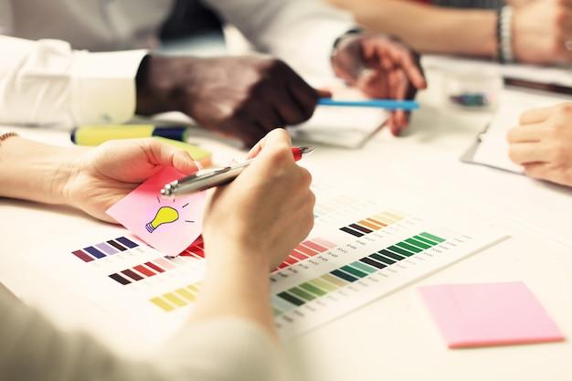 Concepto de ideas de diseño de reunión de gente de negocios.