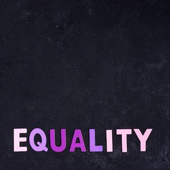 Concepto de igualdad y copia espacio negro de fondo