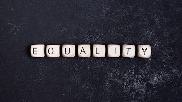 Concepto de igualdad escrito en cubos de madera.