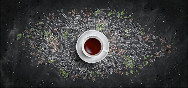 Concepto ilustrado de la tiza del café en fondo del tablero negro - taza del café con leche, visión superior con la ilustración del garabato de la tiza del café, habas, mañana, café express en café, desayuno. mano dibujar el concepto de tiza.