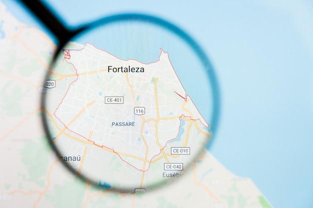 Concepto ilustrativo de visualización de la ciudad de fortaleza, brasil en pantalla a través de lupa