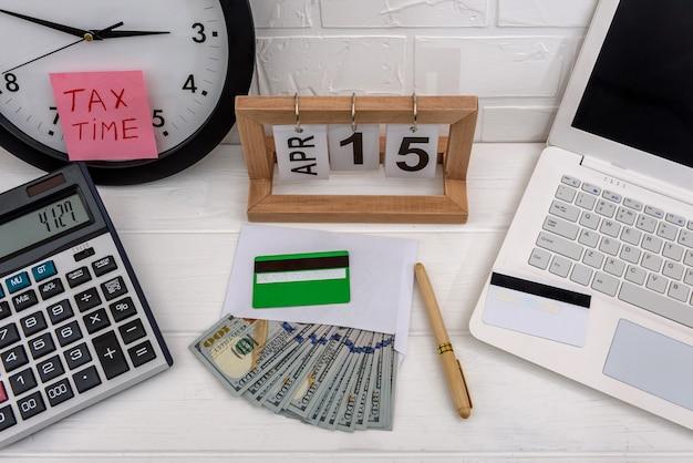 Concepto de impuestos con euro, reloj y portátil