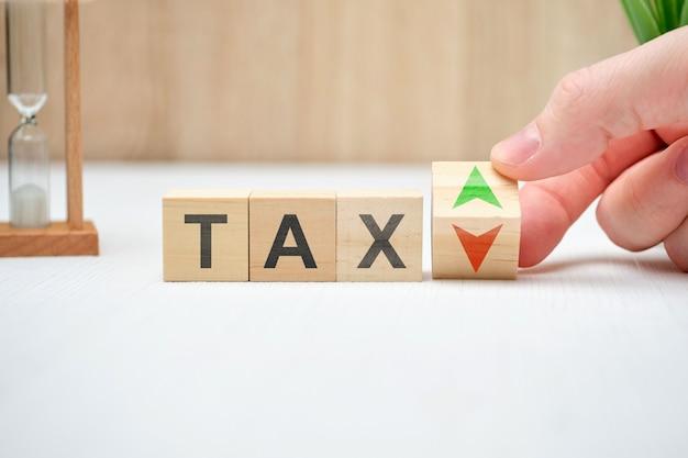 Concepto de impuestos con flechas arriba y abajo.