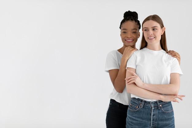 Concepto de inclusión con diferentes mujeres.