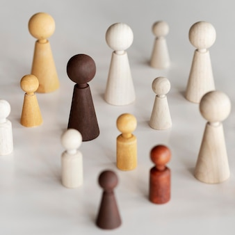 Concepto de inclusión de diversos personajes de madera