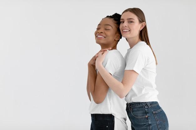 Concepto de inclusión con mujeres felices.