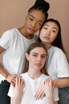 Concepto de inclusión con mujeres multiculturales.