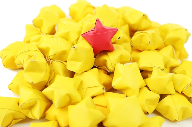 Concepto de individualidad. grupo de estrellas de origami,
