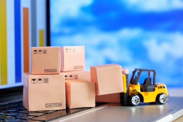 El concepto de información sobre la disponibilidad de productos en un almacén a través de un programa en internet.