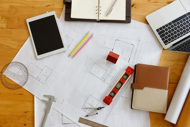 Concepto de ingeniero y arquitecto, arquitectos ingenieros y diseñador de interiores que trabajan con planos