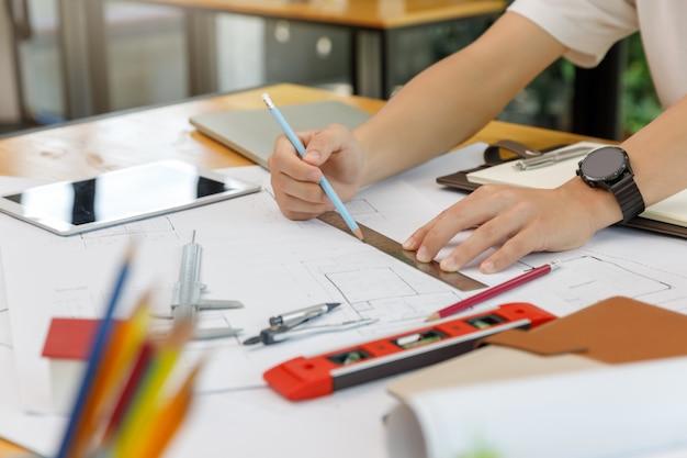 Concepto de ingeniero y arquitecto, ingeniero arquitectos y equipo de oficina del diseñador de interiores trabajando con planos