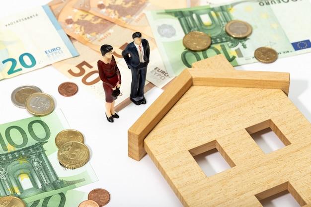 Concepto inmobiliario comprar, vender o alquilar una casa. precios de la vivienda