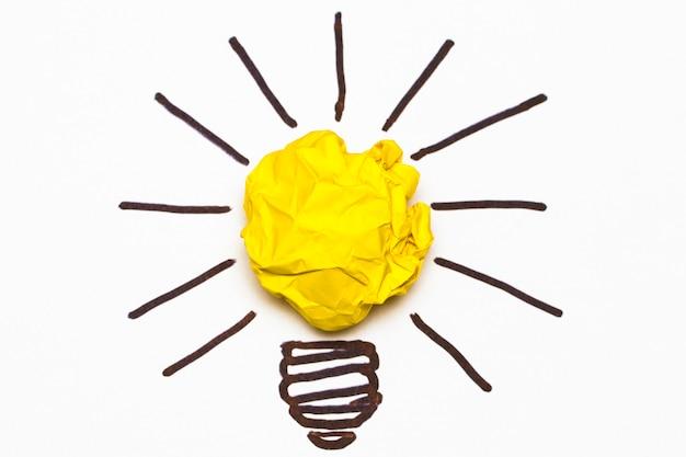 Concepto de inspiración metáfora de bombilla de papel arrugado para una buena idea