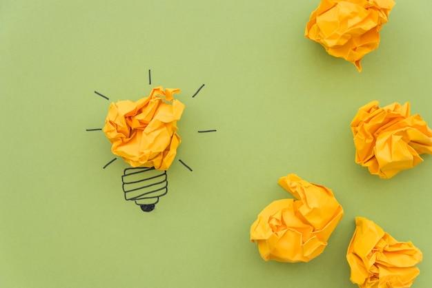 Concepto de inspiración con papel arrugado.