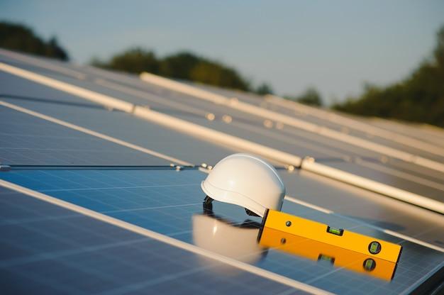 Concepto de instalación de paneles solares.