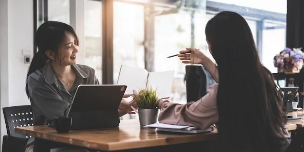 Concepto de inteligencia analítica. grupo de empresarios discuten actual financiera y económica en la computadora portátil para la inversión en la reunión. enfoque suave.