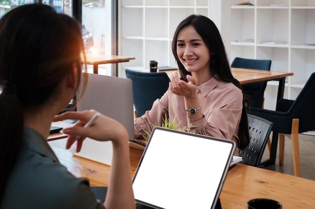 Concepto de inteligencia analítica. grupo de empresarios discuten actual financiera y económica en la computadora portátil para la inversión en la reunión.