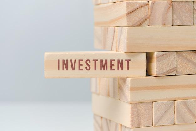 Concepto de inversión - bloques de madera con texto en un espacio en blanco.