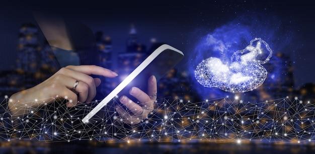 Concepto de iot de ia y negocios. tableta blanca del tacto de la mano con el signo del feto poligonal del holograma digital en el fondo borroso oscuro de la ciudad. base de datos global e inteligencia artificial.