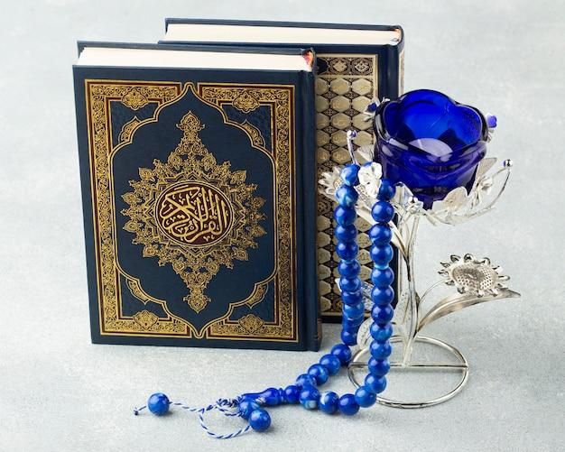 Concepto islámico de año nuevo de primer plano con libro de corán