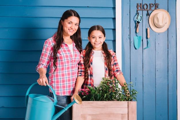 Concepto de jardinería con madre e hija