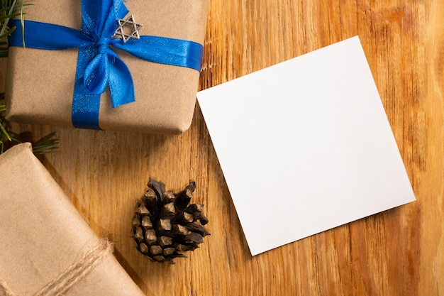 Concepto judío tradicional de hanukkah de regalo y tarjeta