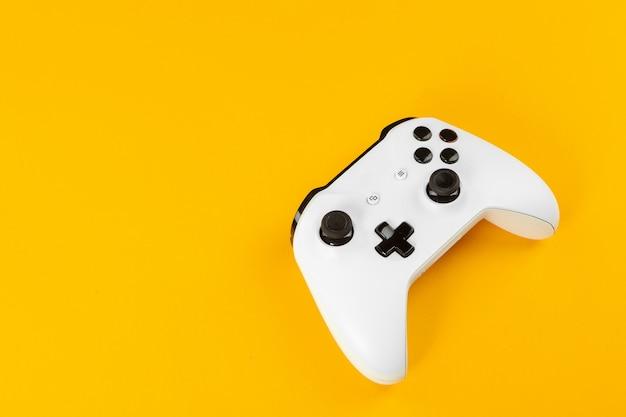 Concepto de juego. joystick sobre fondo de color.