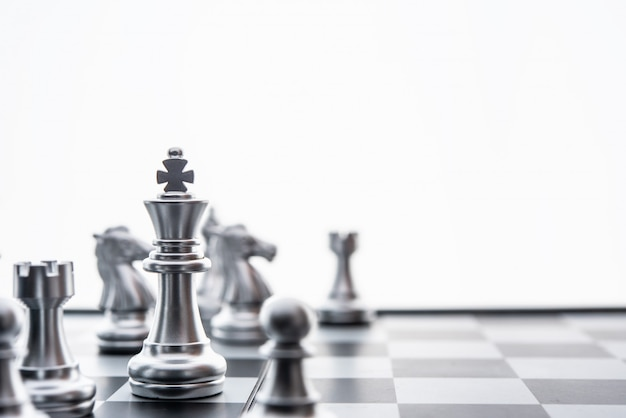 Concepto de juego de tablero de ajedrez de ideas de negocio y competencia y significado de éxito del plan estratégico