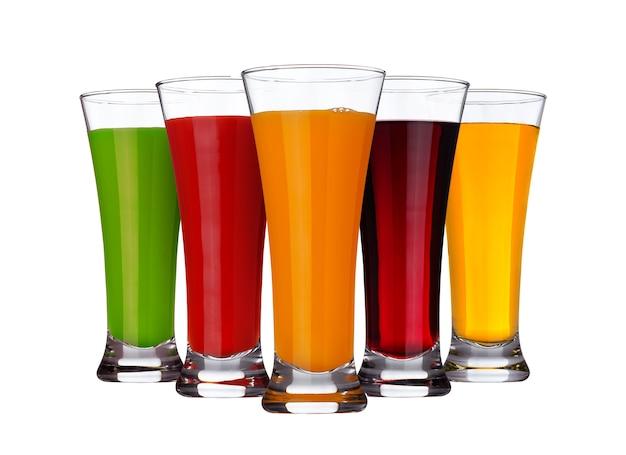 Concepto de jugo de frutas, vasos de diferentes jugos de frutas y verduras aislados en blanco