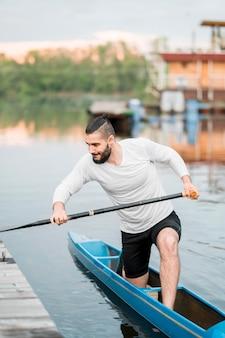 Concepto de kayak con joven