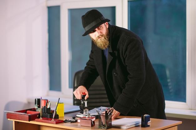 Concepto. ladrón roba en la oficina. espía en la oficina.