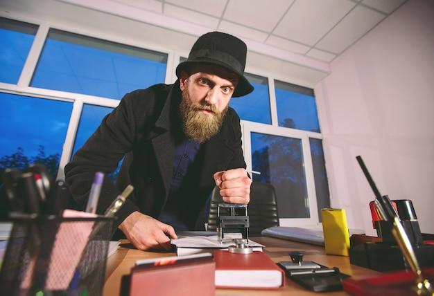Concepto. ladrón roba en la oficina. espiar en la oficina.