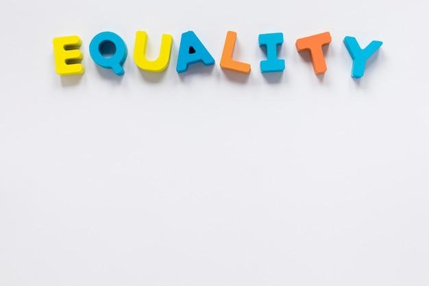 Concepto de letras coloridas de igualdad
