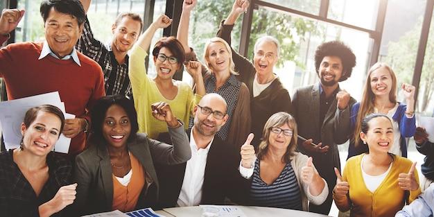 Concepto levantado del equipo del éxito del equipo del negocio aumentado