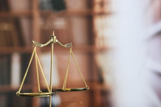 Concepto de ley juez mazo y libro legal justicia abogado lugar de trabajo