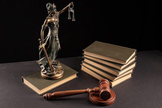 Concepto de ley y justicia. fondo oscuro