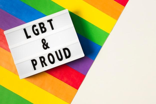 Concepto lgbt y orgulloso con colores del arco iris