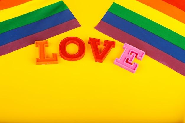 Concepto lgbt, texto amor, bandera lgbt