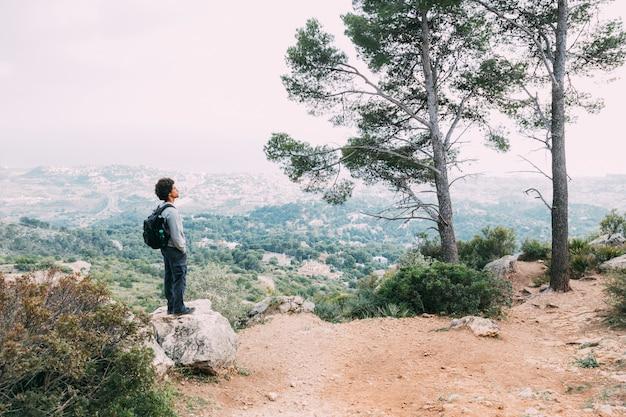 Concepto de libertad con senderista en montaña