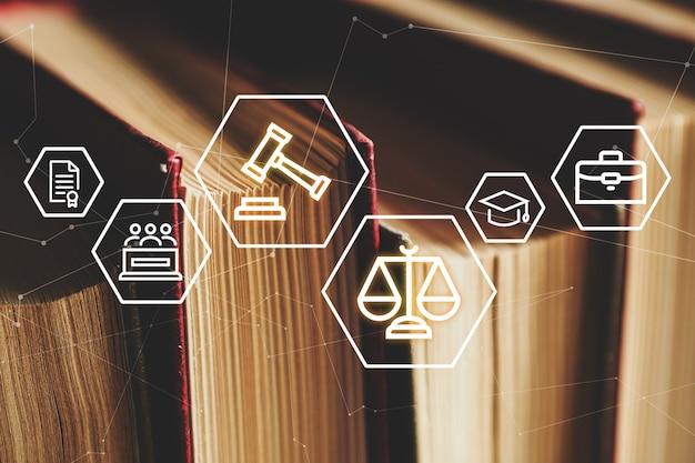 Concepto con libros y otros documentos legales sobre las actividades de la ley y el tribunal.