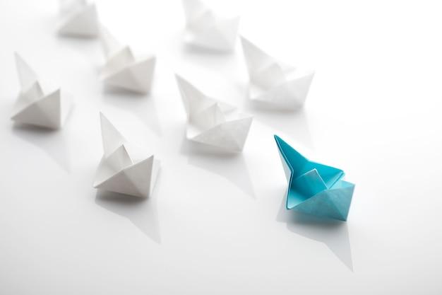 Concepto de liderazgo con barco de papel