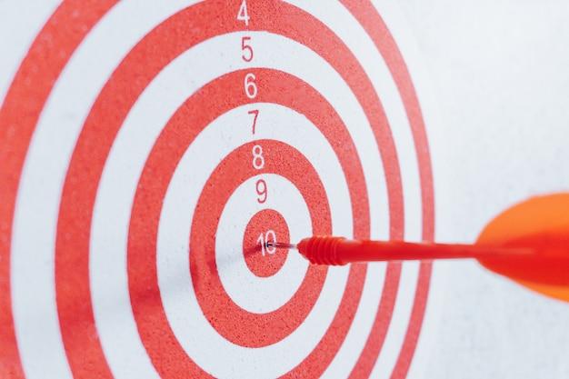 Concepto de liderazgo flechas en tiro con arco blanco de diana concepto de negocio objetivo