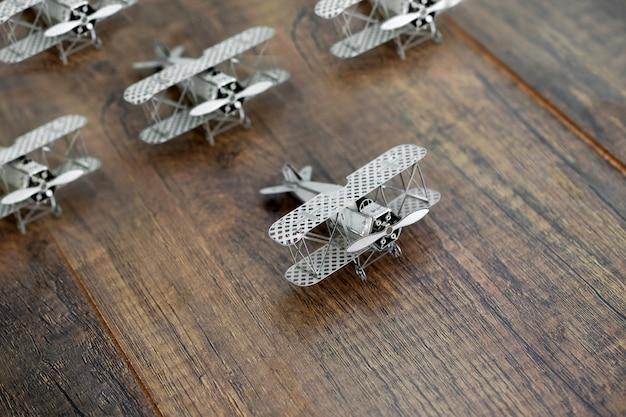Concepto de liderazgo con modelo de avión que lidera otros aviones.
