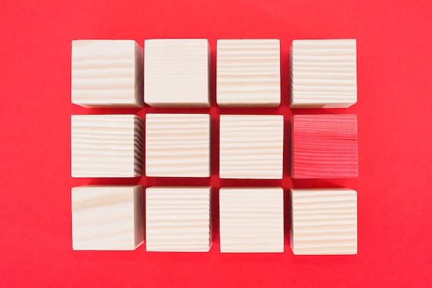 Concepto de liderazgo utilizando un cubo rojo entre muchos otros cubos. no como todos los demás. especial