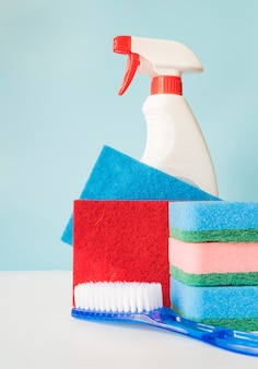 Concepto de limpieza con botella de plástico y esponja