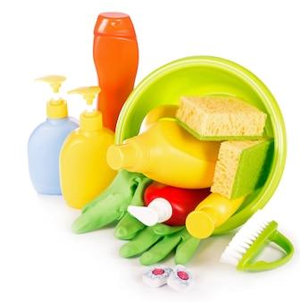 Concepto - limpieza de la casa. detergentes, polvos para fregar, estropajos y guantes para limpiar la casa