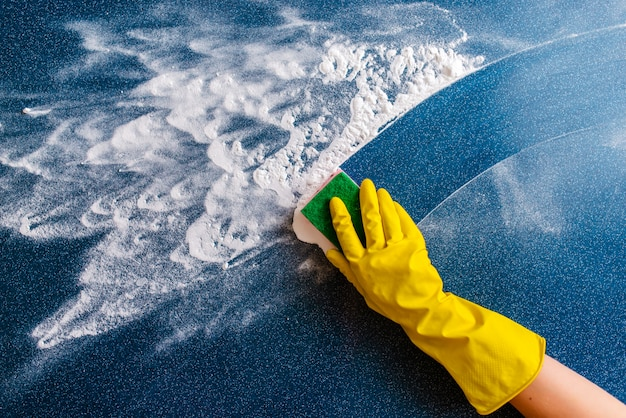 El concepto de limpieza de la casa, limpiando manchas y polvo.